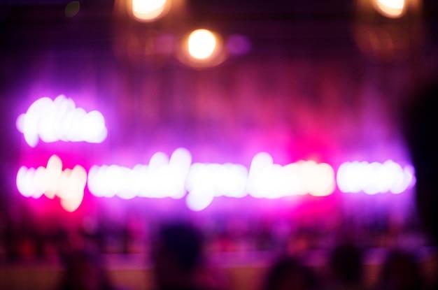 Verschwommene neonlichter in einem club