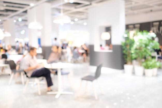 Verschwommene personen: verwischen sie personen im café mit bokeh-licht