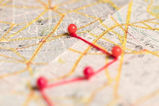 Verschwommene rote stifte auf der karte