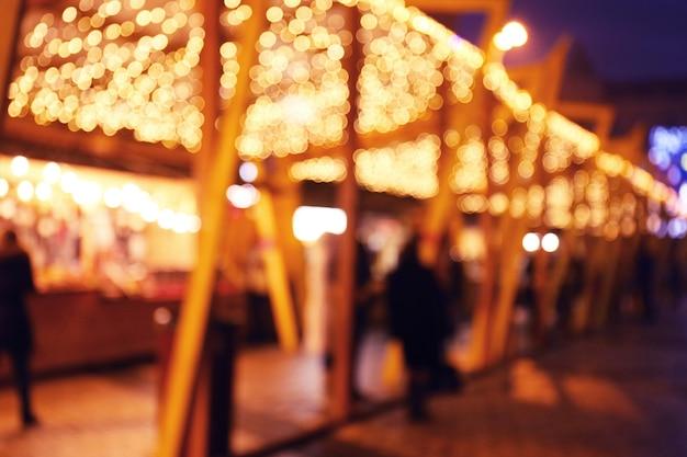 Verschwommene sicht auf den weihnachtsmarkt