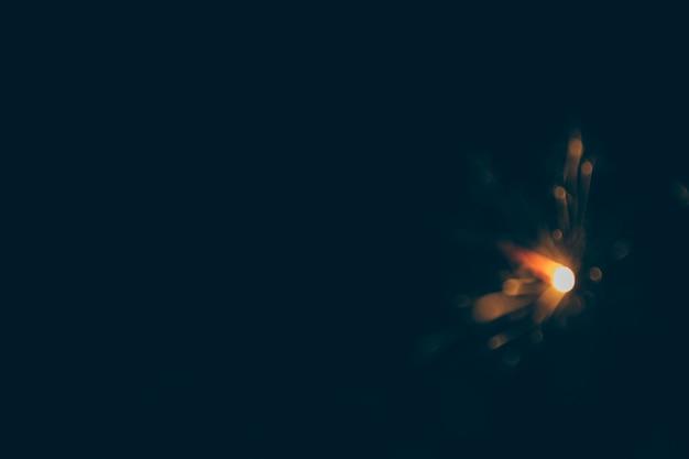 Verschwommene silvester wunderkerze in der nacht