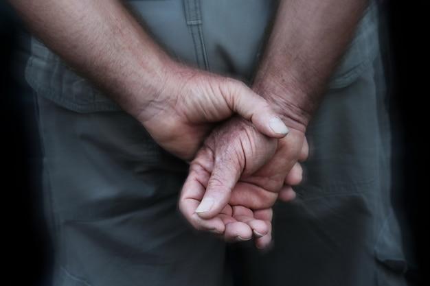 Verschwommene soldatenhand