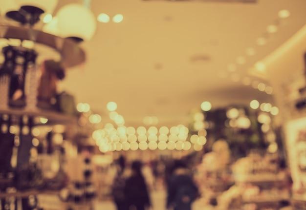 Verschwommene touristen im einkaufszentrum mit bokeh - retro-farbe