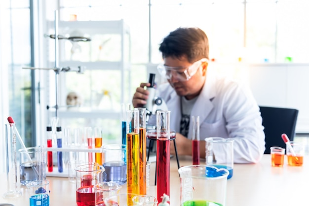 Verschwommene weiche bilder des wissenschaftlers, der ein chemisches experiment durchführt
