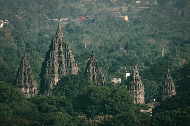 Verschwommener blick auf den prambanan-tempel von oben aufgenommen