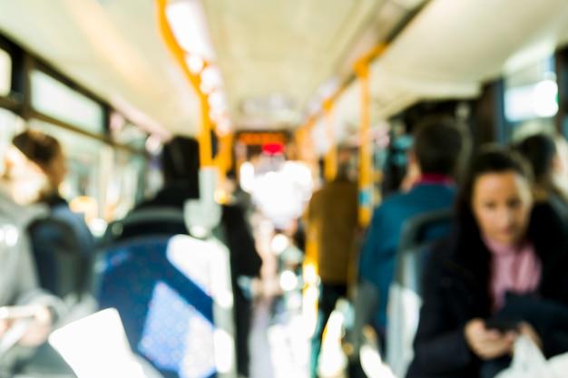 Verschwommener bus mit passagieren