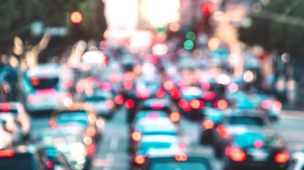 Verschwommener hintergrund des hauptverkehrszeitmoments mit defokussierten autos und generischen fahrzeugen