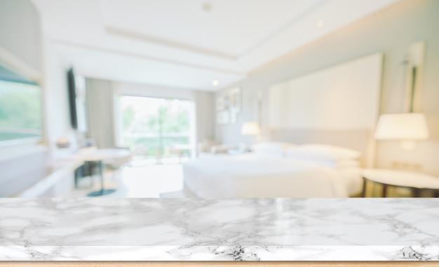 Verschwommener schlafzimmerhintergrund und tischplatte mit anzeige für produkte