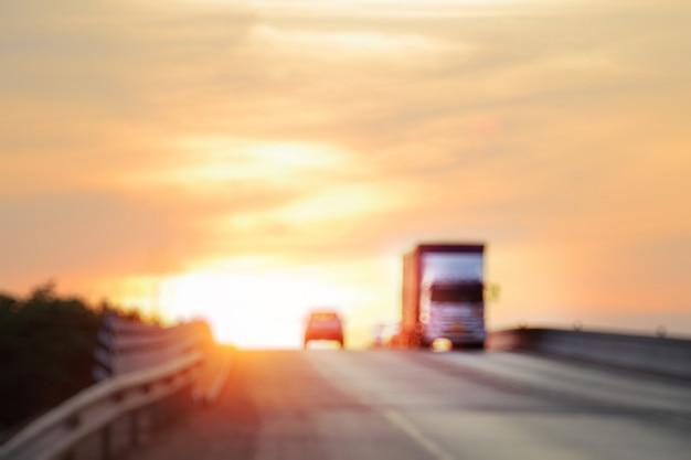 Verschwommener verkehr zur hauptverkehrszeit in der dämmerung, bewegungsunschärfe.