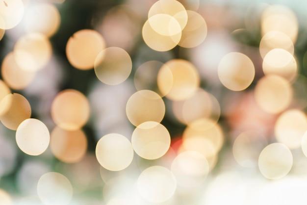 Verschwommener weihnachtsbaum mit lichtern