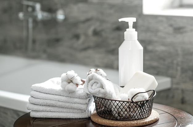 Verschwommenes badezimmerinterieur und sauber gefaltete handtücher kopieren platz. hygiene- und gesundheitskonzept.