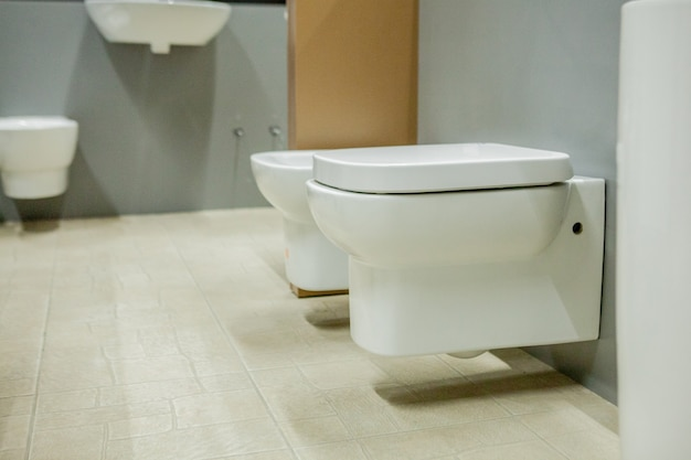 Verschwommenes bild des ganges der toilettenschüsseln in einem baumarkt.