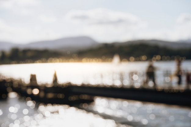 Verschwommenes bild des piers und des schönen sees windermere am abend im lake district, großbritannien