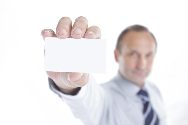 Verschwommenes bild. geschäftsmann, der eine leere visitenkarte zeigt. nahaufnahme