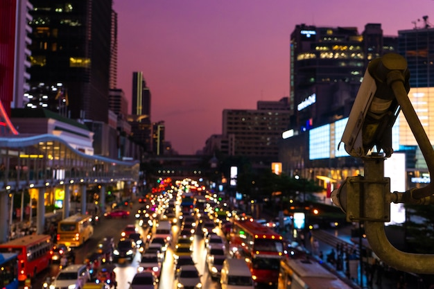 Verschwommenes filmmaterial. stau auf einer breiten straße. verschwommene bremslichter. dichter stadtverkehr. verkehrsknotenpunkt. nachtaufnahmen.