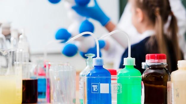 Verschwommenes mädchen, das chemie lernt