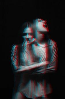 Verschwommenes porträt eines psychopathischen mädchens mit psychischen paranoiden störungen. schwarzweiß mit 3d-glitch-virtual-reality-effekt