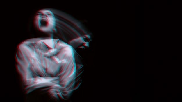 Verschwommenes porträt eines psychopathischen mädchens mit schizophrenen psychischen störungen auf dunklem hintergrund. schwarzweiß mit 3d-glitch-virtual-reality-effekt