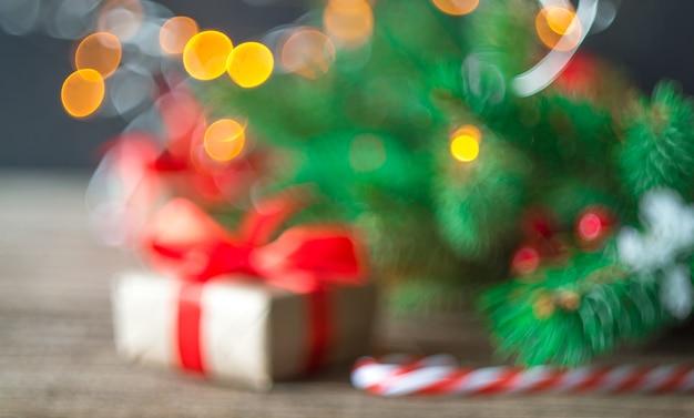 Verschwommenes weihnachtsfoto mit weihnachtsgeschenkbox