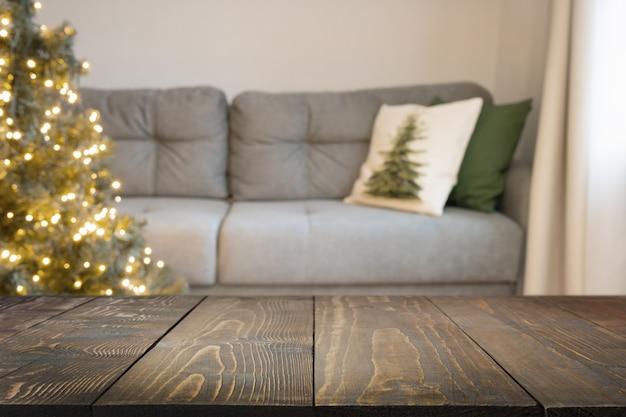 Verschwommenes wohninnere mit geschmücktem weihnachtsbaum