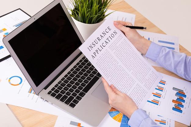 Versicherungs-applecation-konzept, dokumente auf dem desktop