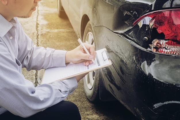 Versicherungsagent, der an einem autounfall-antragsprozess arbeitet