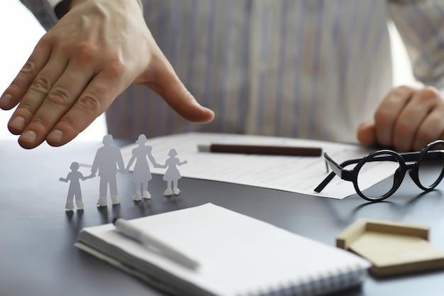 Versicherungssicherheitskonzept. lebens- und sachversicherung. ein geschäftsmann bereitet ein dokument vor.