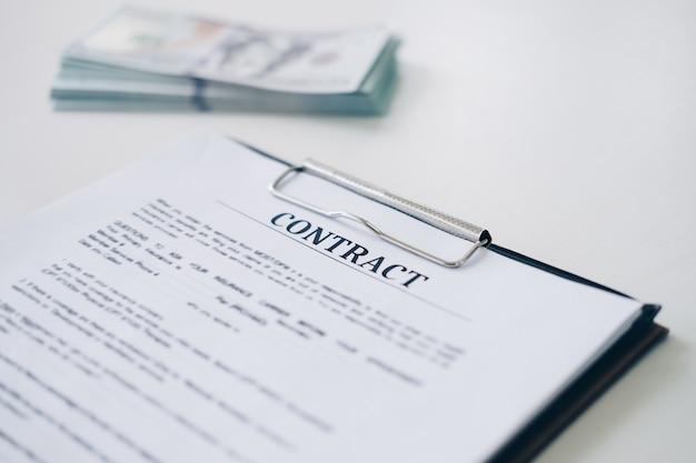Versicherungsvertragsdokumentblatt und geschäftsdokument mit geld im hintergrund