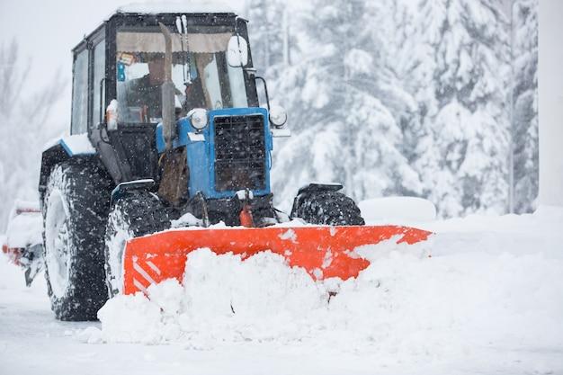 Versorgungsgeräte reinigen den schnee auf den straßen
