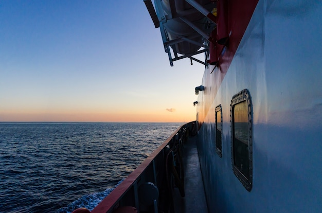 Versorgungsschiff bei sonnenuntergang