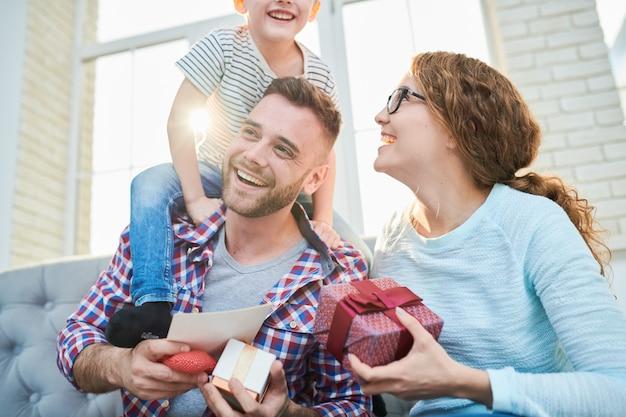 Verspielte junge familie im sonnenlicht