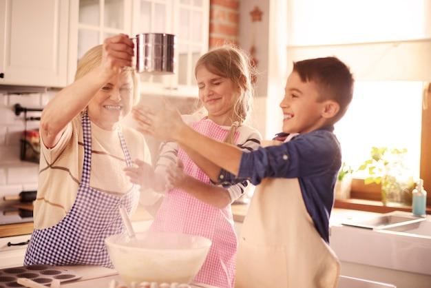 Verspielte kinder haben spaß mit dem mehl