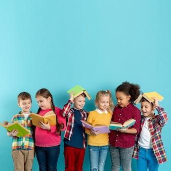 Verspielte kinder im kopierraum bei der veranstaltung am buchtag