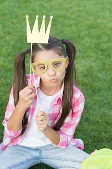 Verspielte prinzessin girl party stand requisiten, posiert für fotokonzept.