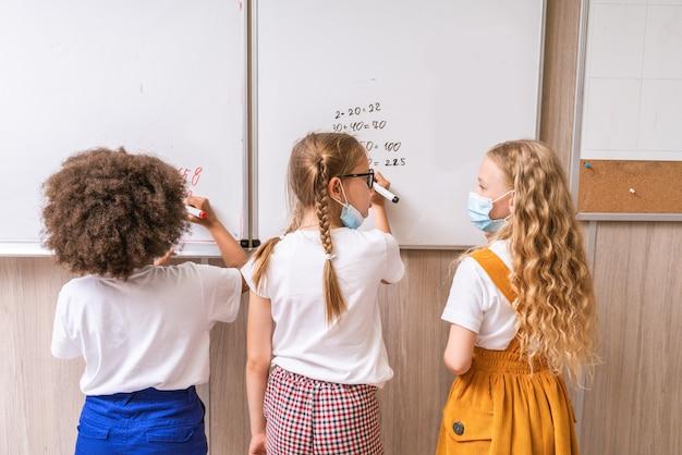 Verspielte schüler genießen die schulzeit und den unterricht mit lehrer und klassenkameraden