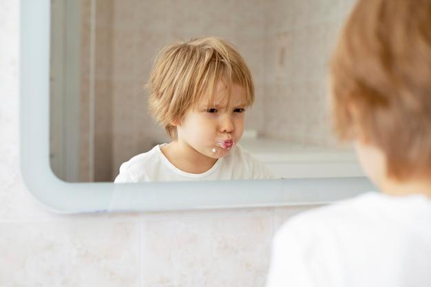 Verspielter junge im badezimmer