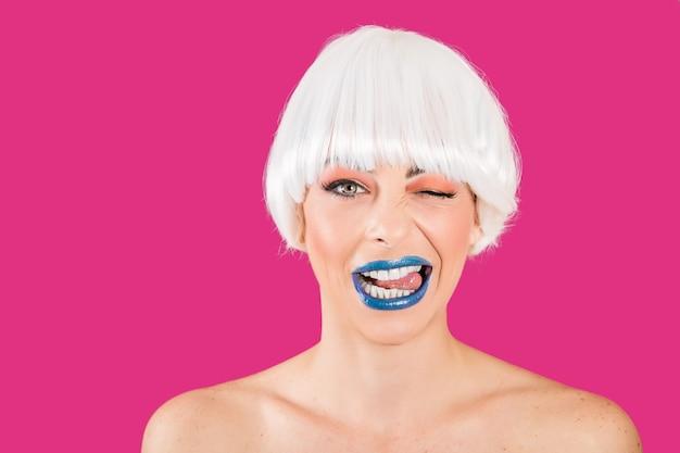 Verspieltes glamouröses modell auf pink