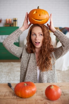 Verspieltes mädchen mit halloween-kürbis