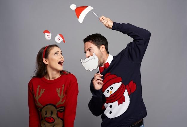 Verspieltes paar, das weihnachtszeit feiert