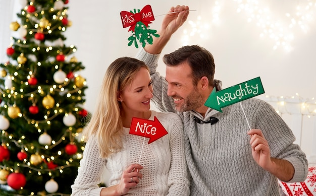 Verspieltes paar, das zusammen weihnachten feiert