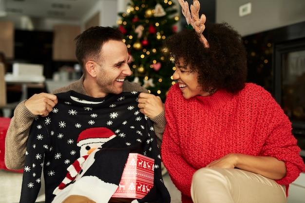Verspieltes paar in der weihnachtszeit