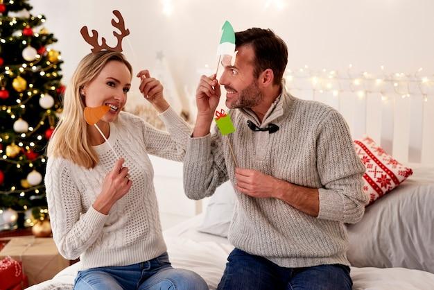 Verspieltes paar in weihnachtsmasken