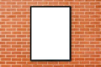Verspotten Sie den leeren PlakatBilderrahmen, der am Wandhintergrund des roten Backsteins im Raum hängt