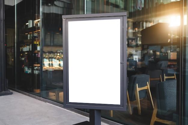 Verspotten sie die leere plakatwerbung der vorderansicht im schwarzen rahmen mit dem beschneidungsweg, der im restaurant steht.