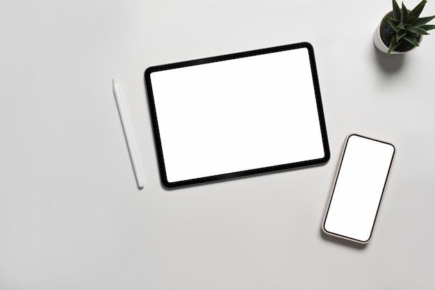 Verspotten sie digitales tablet und smartphone mit leerem bildschirm auf weißem hintergrund.