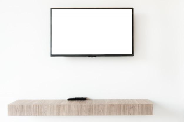 Verspotten sie herauf flachen fernsehschirm mit entfernter platte auf wwden regal im wohnzimmer zu hause.