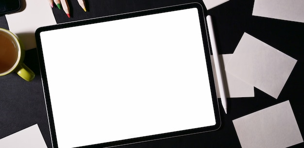 Verspotten sie herauf tablette des leeren bildschirms auf dunkler tabelle