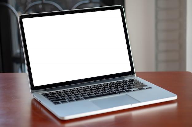 Verspotten sie oben unter verwendung des laptops mit dem modernen computer des leeren bildschirms