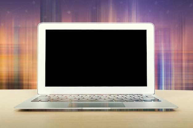 Verspotten sie oben vom laptop des leeren bildschirms auf dem schreibtisch.
