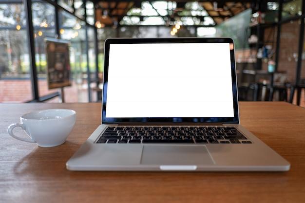 Verspotten sie sich mit laptop mit modernem arbeitsplatz des leeren bildschirms in der kaffeestube